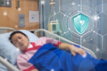 Photo pour Assurance maladie, Protection bouclier Bouton Santé sur écran virtuel contre les malades en toile de fond, Concept d'assurance, Assurance en ligne technologie numérique . - image libre de droit