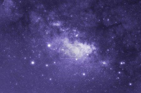 Photo pour Ton ultra violet, voie lactée avec étoiles et l'espace de la poussière dans l'univers, l'exposition de vitesse longue, la tendance de ton pourpre. - image libre de droit