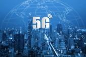 """Постер, картина, фотообои """"5g сети беспроводные системы и умный город коммуникационной сети, подключите глобальные беспроводные устройства."""""""