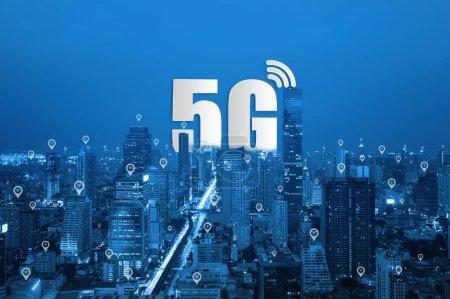 Photo pour 5g réseau sans fil systèmes et réseau de communication Smart city sur smartphone, connecter des périphériques sans fil mondiales. - image libre de droit