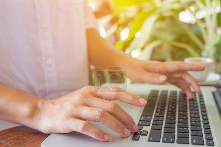 Photo pour Mains indépendantes sur le clavier de l'ordinateur portable dans un café, fille en utilisant la dactylographie ordinateur portable, recherche web - image libre de droit