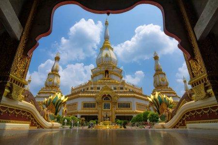 Photo pour Phra Maha Chedi Chai Mongkhon est une grande pagode en Thaïlande, conçue par le département des Beaux-Arts en blanc, décorée de beaux motifs. Pha Nam Yoi, Nong Phok, Roi Et, Thaïlande . - image libre de droit