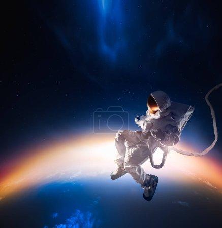 Photo pour Astronaute flottant dans l'espace / image à contraste élevé - image libre de droit