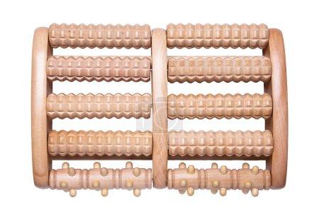 Photo pour Outils de massage. Topview sur rouleau en bois outil de massage pour les pieds isolés sur un fond blanc. Massage des zones réflexes du pied. Concept de santé . - image libre de droit