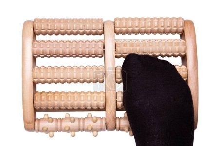 Photo pour Outils de massage. Topview sur rouleau en bois outil de massage avec un pied isolé sur un fond blanc. Massage des zones réflexes du pied. Concept de santé . - image libre de droit