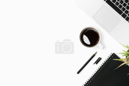 Photo pour Table de bureau blanche avec beaucoup de choses dessus. Vue du dessus avec espace de copie, plan plat. - image libre de droit