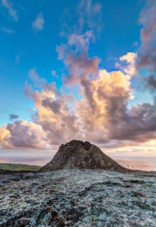 Photo pour Lever de soleil sur le vieux cratère de l'éruption volcanique dans l'île de la Réunion, 2007 - image libre de droit