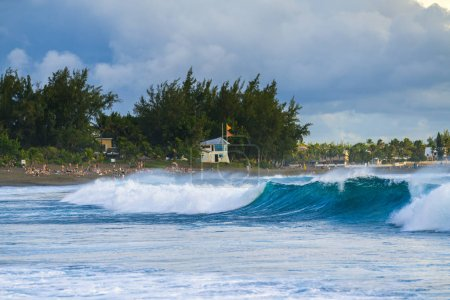 Photo pour Etang sale les bains beach, plage de sable noir de l'île de la Réunion - image libre de droit