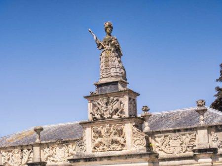 Photo pour Statue de la reine Anne à Queen Annes Walk, anciennement la bourse marchande, Branstaple, Devon, Angleterre, Royaume-Uni . - image libre de droit