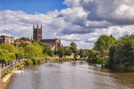 Photo pour 25 juillet 2015: Worcester, Royaume-Uni - la cathédrale de Worcester et de la rivière Severn. - image libre de droit