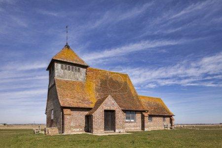 Photo pour L'église St Thomas A Becket du XVIIIe siècle à Fairfield, Romney Marsh, Kent, Angleterre, toujours en usage aujourd'hui - image libre de droit