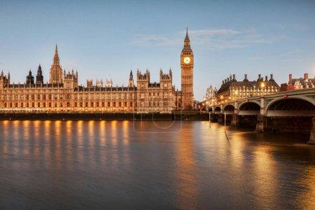 Photo pour Big Ben, le palais de Westminster et le pont de Westminster, reflétant dans la Tamise . - image libre de droit