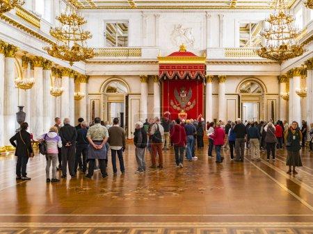 Foto de 19 de septiembre de 2018: San Petersburgo, Rusia - los visitantes en el St Georges Hall, o el gran salón del trono, en el Palacio de invierno, parte del Museo del Hermitage. - Imagen libre de derechos