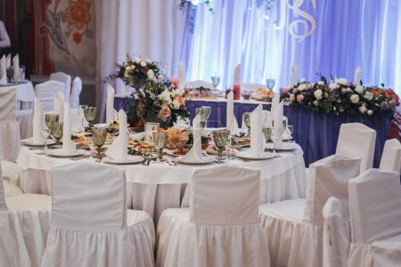 Photo pour Table servie en couleurs blanches pour banquet de mariage - image libre de droit