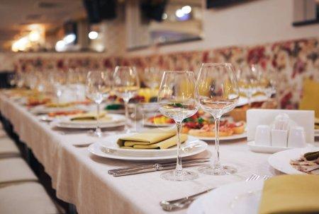 Photo pour Verrerie et couverts pour événement traiteur. Beau décor de table avec vaisselle pour une fête, une réception de mariage ou tout autre événement festif . - image libre de droit