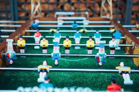Photo pour Du baby-foot. Joueurs d'équipe bleus et jaunes au baby-foot ou à un match de kicker football . - image libre de droit