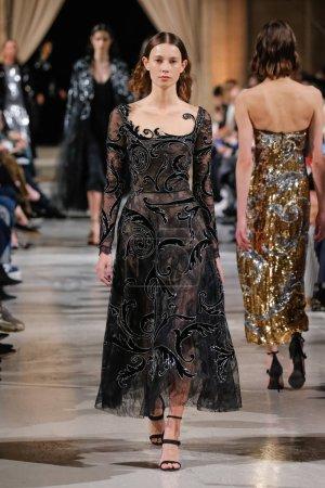 Photo pour New York, Ny - 12 février: Un modèle promenades la piste à l'Oscar De La Renta fashion show en février 2018 New York Fashion Week à la Cunard Building sur 12 février 2018 à New York City. - image libre de droit