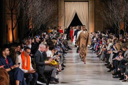 Photo pour New York, Ny - 12 février: Marche de modèles la finale de la piste au défilé Oscar De La Renta en février 2018 New York Fashion Week à la Cunard Building sur 12 février 2018 à New York City. - image libre de droit