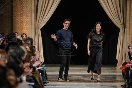 Photo pour New York, Ny - 12 février: Fernando Garcia et Laura Kim, administration co-créatrice de Oscar de la Renta à pied la piste au défilé Oscar De La Renta en février 2018 New York Fashion Week à la Cunard Building sur 12 février 2018 à New York - image libre de droit