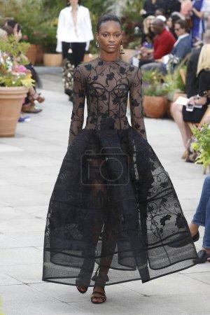 Photo pour New York, Ny - 11 septembre: Un modèle de marche la piste pour l'Oscar De La Renta pendant la Fashion Week de New York: The Shows au printemps Studios terrasse sur 11 septembre 2018 à New York City. - image libre de droit