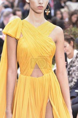 Photo pour New York, Ny - 11 septembre: Bella Hadid parcourt la piste pour l'Oscar De La Renta pendant la Fashion Week de New York: The Shows au printemps Studios terrasse sur 11 septembre 2018 à New York City. - image libre de droit