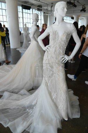 Photo pour NEW YORK, NY - 13 AVRIL : Robes de mariée sur mannequins lors de la présentation nuptiale Nicole by Pronovias Printemps 2020 à la Fashion Week de New York : Mariage le 13 avril 2019 à New York . - image libre de droit