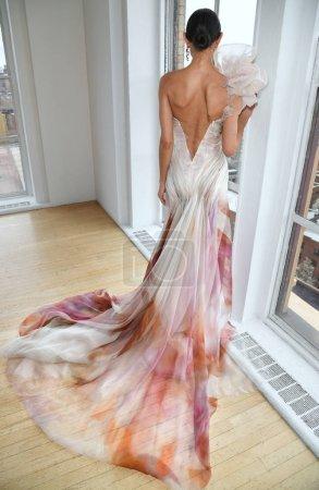 Foto de Nueva York, Ny - 15 de abril: Una modelo posando durante la presentación de moda nupcial Ines Di Santo Spring 2020 en la Semana de la Moda de Nueva York: Bridal el 15 de abril de 2019 en Nyc. - Imagen libre de derechos