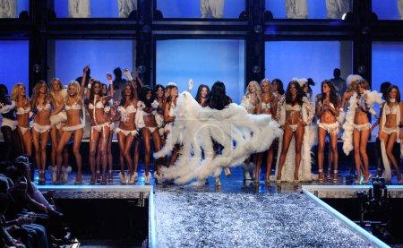 Photo pour HOLLYWOOD, CA - 16 NOVEMBRE : Modèles dansant à la finale du Secret Fashion Show de Victoria - Piste au Kodak Theatre le 16 novembre 2006 à Hollywood, CA. - image libre de droit