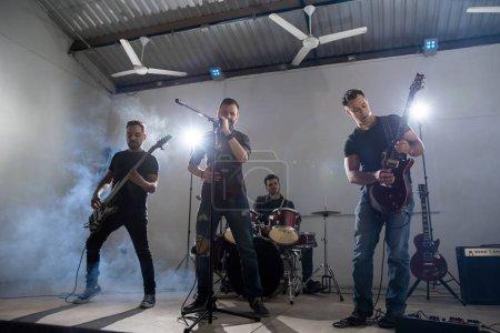 Photo pour Membres du groupe rock and roll en live dans un festival de musique - image libre de droit