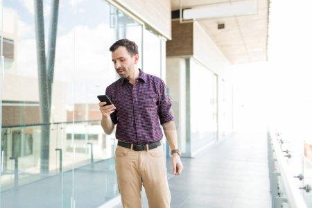 Photo pour Mi homme adulte avec téléphone portable contrôle application internet dans centre commercial - image libre de droit