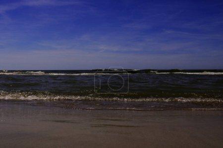 Photo pour Plage de Palanga. L'une des plages lituaniennes les plus populaires avec une longue jetée, un endroit sablonneux fréquenté par les touristes en été. Station touristique populaire . - image libre de droit