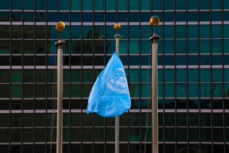 Photo pour New York - 25 août 2018: Drapeau au siège de l'ONU à New York - image libre de droit