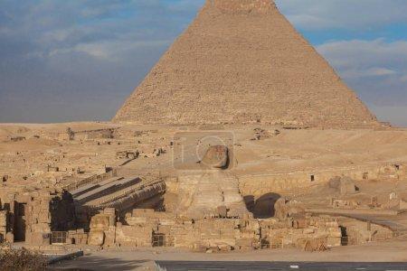 Photo pour Egypte le Caire - Gizeh. Vue d'ensemble des pyramides - image libre de droit