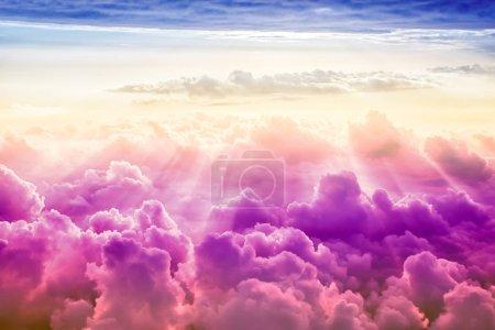 Photo pour Créatif ciel nuageux fond avec soleil, ciel fantastique - image libre de droit