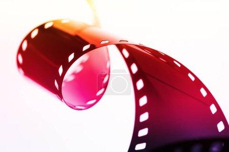 Photo pour Bande de film photographique colorée sur fond blanc, illustration lumineuse - image libre de droit
