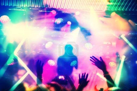 Photo pour Silhouettes de fans et musiciens sur scène, projecteurs brillants au concert de musique - image libre de droit