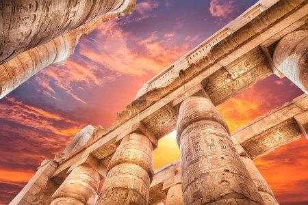 Photo pour Grande salle Hypostyle et nuages aux temples de Karnak, Thèbes antiques. Louxor, Égypte - image libre de droit