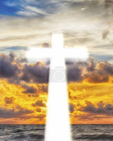 Photo pour Croix ardente sur fond de beau ciel - image libre de droit