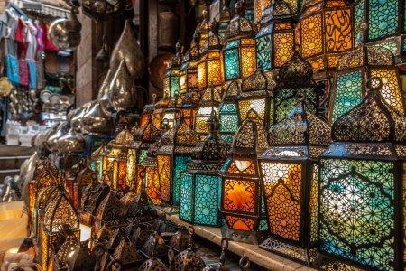 Photo pour Avec des couleurs d'éclairage sur la lanterne de style musulman qui brille - image libre de droit