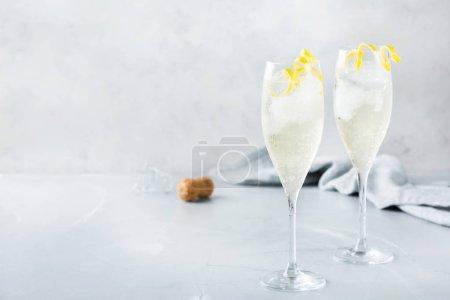 Photo pour Nourriture et boissons, concept de fête. Boisson alcoolisée boisson fraîche champagne cocktail froid sur une table moderne pour les jours d'été. Copier l'espace arrière plan - image libre de droit