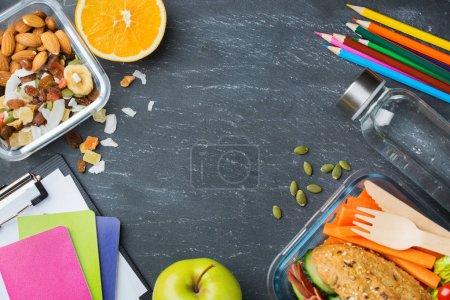 Photo pour Nourriture et boissons, nature morte, alimentation et nutrition, saine alimentation, concept à emporter. Boîte à lunch scolaire et papeterie. Vue du dessus pose plate, espace de copie fond tableau - image libre de droit