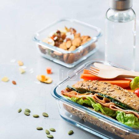 Photo pour Nourriture et boissons, nature morte, alimentation et nutrition, saine alimentation, concept à emporter. Boîte à lunch avec sandwich, fruits, légumes, mélange de noix et bouteille d'eau - image libre de droit