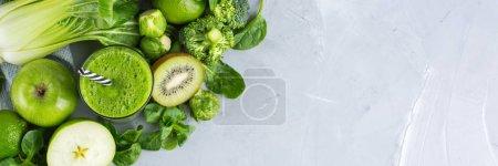 Photo pour Aliments et boissons, régime alimentaire sain et nutrition, mode de vie, végétalien, alcalin, concept végétarien. Smoothie vert aux ingrédients bio, légumes sur une table de cuisine moderne. Copier l'espace arrière plan - image libre de droit