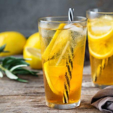 Photo pour Nourriture et boissons, concept de fête de vacances. Citron menthe thé glacé cocktail boisson rafraîchissante dans un verre sur une table pour les jours d'été - image libre de droit