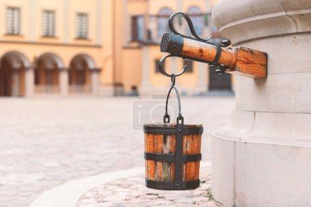 Photo pour Vieux puits à la cour du château en Biélorussie, Europe - image libre de droit