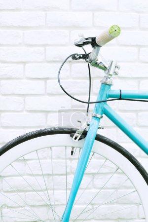 Photo pour Photographie en gros plan de parking bicyclette tonique pastel avec fond de brique blanche - image libre de droit