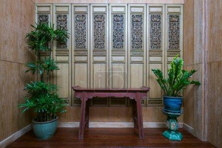 Photo pour Décoration de style thaïlandais du salon avec table et pots d'arbres - image libre de droit