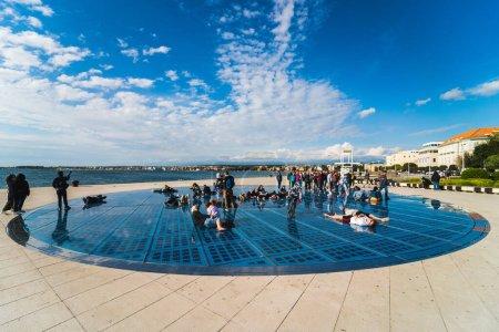 Foto de Monumento al Sol o El Saludo al Sol. Uno de los muchos lugares de interés turístico en Zadar, Croacia en 5 Mayo 2019 - Imagen libre de derechos