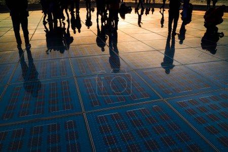 Foto de Silueta de reflexión turística sobre Monumento al Sol o El Saludo al Sol. Uno de los muchos lugares de interés turístico en Zadar . - Imagen libre de derechos