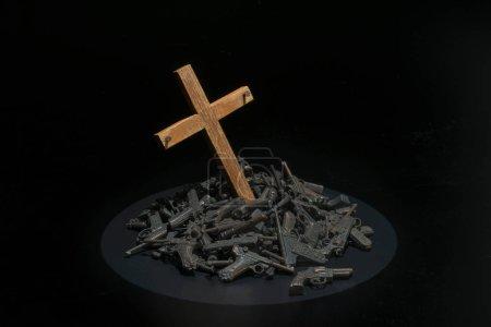 Photo pour Croix en bois dans la pile de fusils avec un environnement sombre - image libre de droit